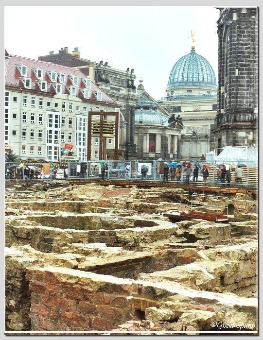 Ausgrabungen neben der Frauenkirche, im Hintergrund die Kunstakademie (2002)