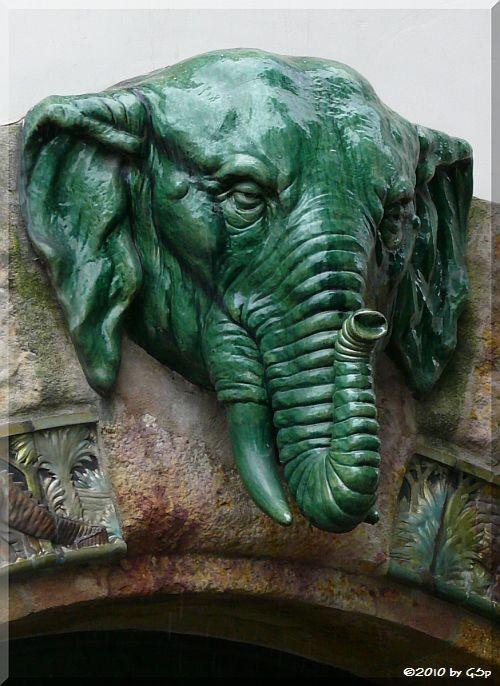 Der Elefantenkopf über dem Eingangsportal stammt aus der traditionsreichen Keramikfabrik Zsolnay