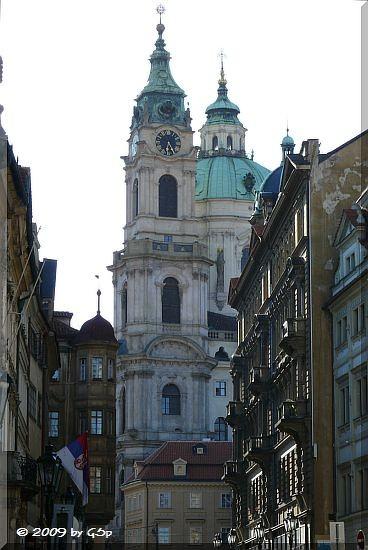 Malostranské Námestí mit der St.-Nicolas-Kirche im Hintergrund