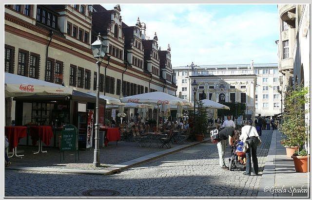 Der Naschmarkt mit der Alten Handelsbörse