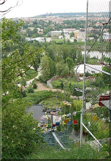 Sessellift, Blick auf die Gorilla-Anlage, Moldau und Hradschin