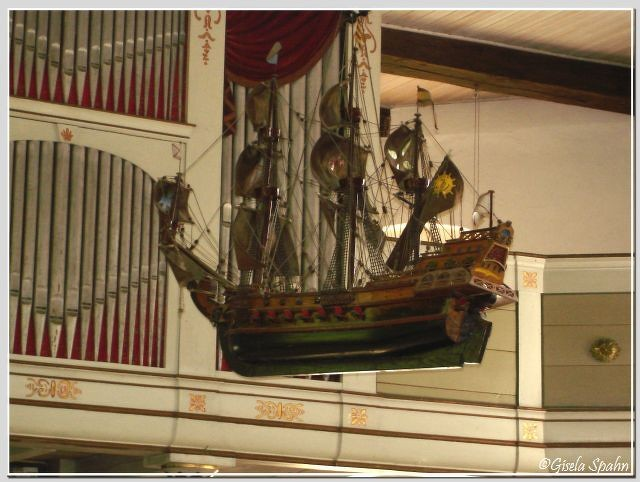 In der Fischerkirche in Arnis: Segelschiff