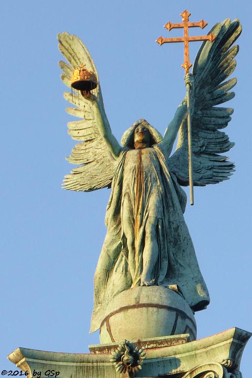 Figur des Erzgengels Gabriel auf der 38 m hohen Säule