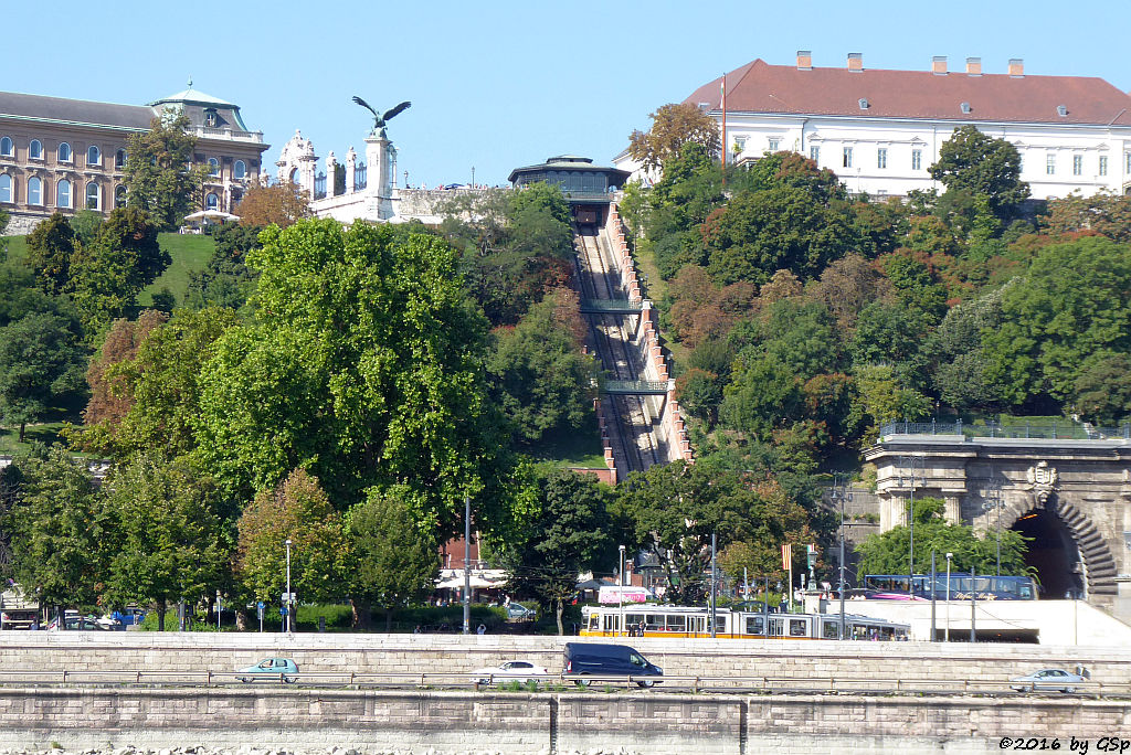 Turul Vogel am Nordtor des Budaer Burgpalastes, Standseilbahn auf den Burgberg