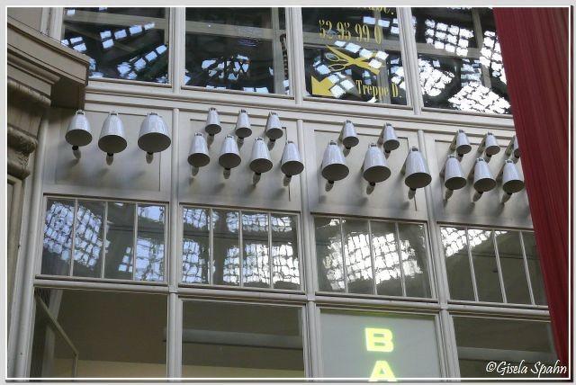 In der Rotunde das Glockenspiel aus Meißner Porzellan