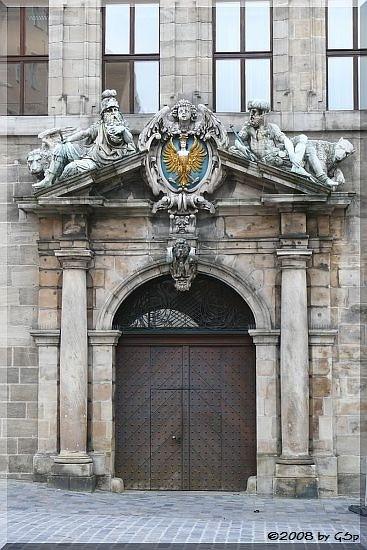 Rathaus: Haupteingang mit dem Wappen des Heiligen Römischen Reiches