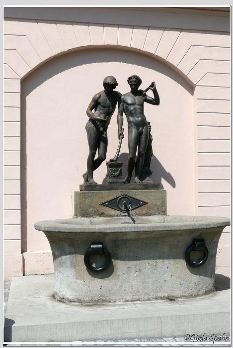 an der Außenfassade der Anna Amalia Bibiliothek