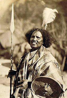 Menschen im Zoo - aus heutiger Sicht ein höchst befremdliches Spektakel: Der Somalier Hersi Egeh Gorseh arbeitete mit Hagenbeck über 30 Jahre lang bei Völkerschauen zusammen (Aufnahme um 1895).