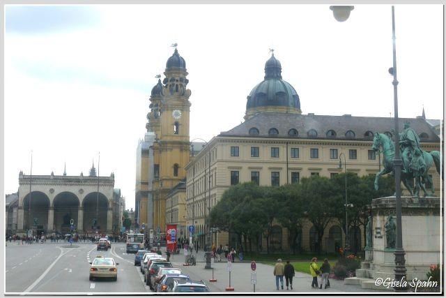 Das Reiterdenkmal Ludwig I. am Odeonsplatz mit Blick auf Feldherrnhalle und Theatinerkirche
