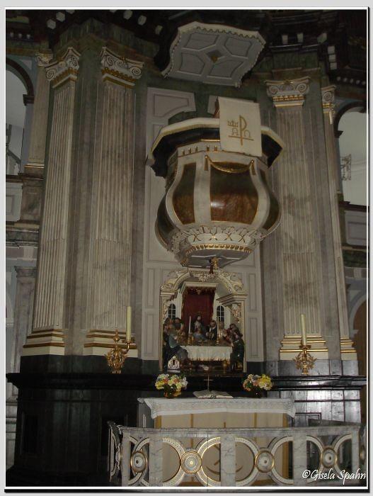 In der Nikolaikirche in Kappeln: Altar und Kanzel (von dieser Kanzel hielt Pastor Eckholm seine Predigten)