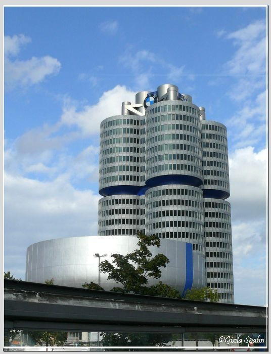 Firmenzentrale BMW, in der Silberschale das BMW-Museum