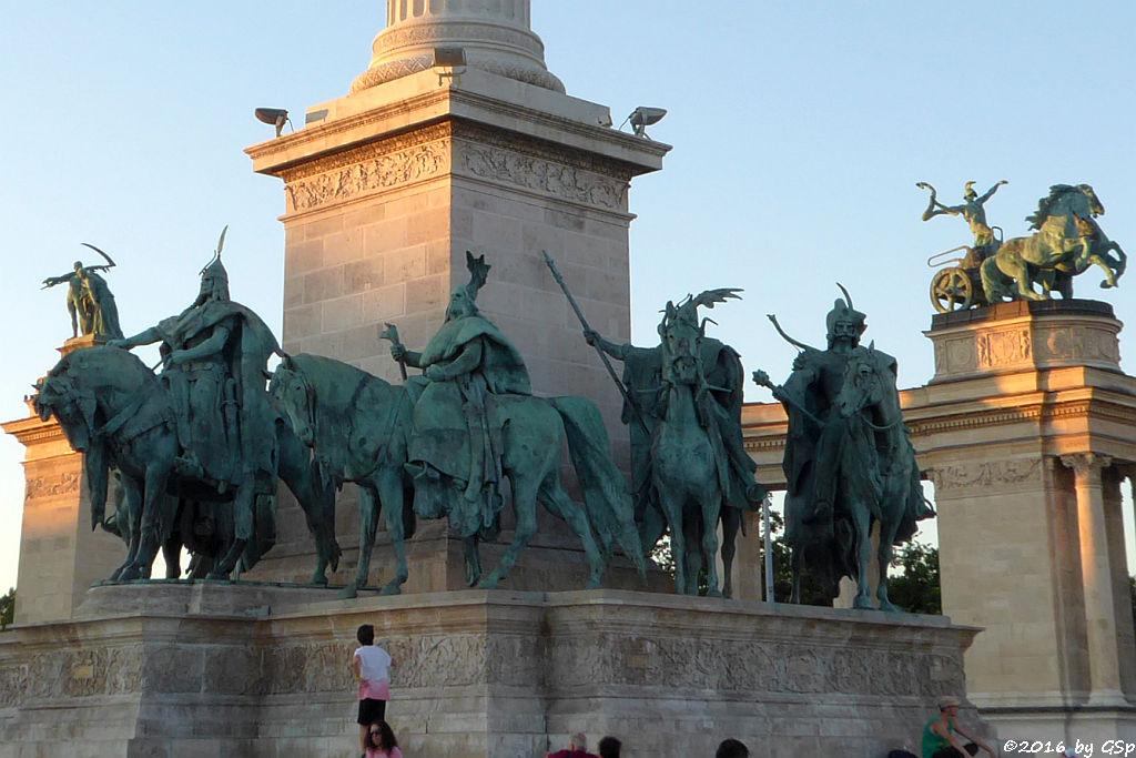 Reiterstatuen zu Füßen des Erzengels Gabriel