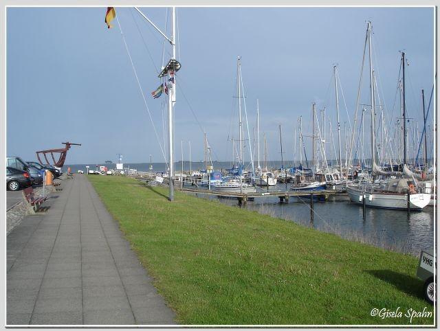 Der Hafen von Maasholm (Maasholm ist an drei Seiten von Wasser umgeben)