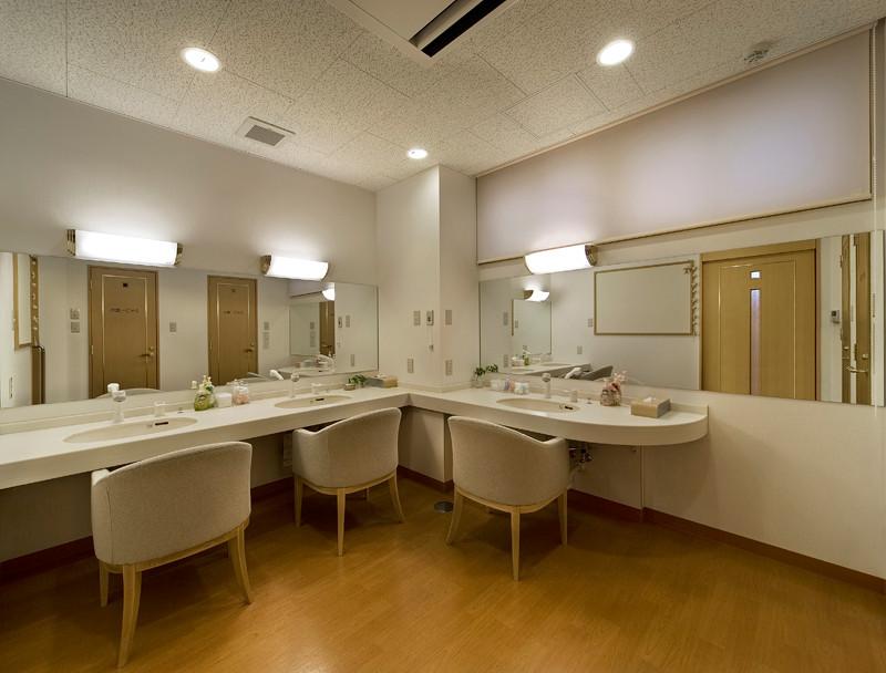 井戸端会議のできるパウダールーム