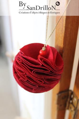 """Boule """"pompon"""" fibre rouge. Tous droits réservés."""