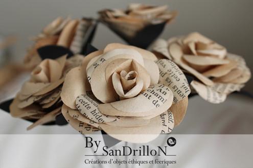 Roses en papier ancien. Tous droits réservés.