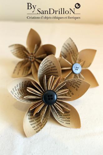 Fleurs stylisées en papier ancien. Tous droits réservés.