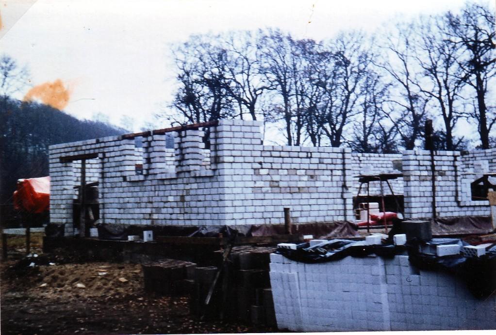 Auf den Fundamenten der alten Kate wachsen die Mauern