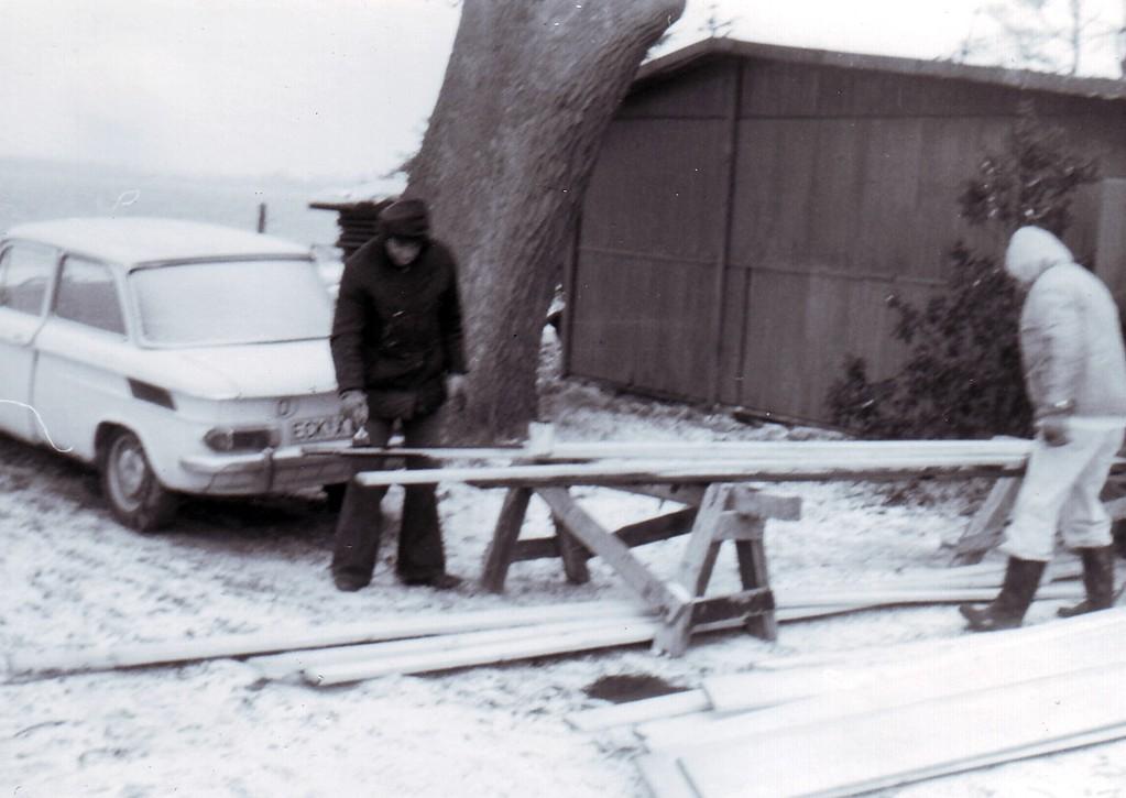 """Es liegt Schnee! Man beachte den NSU-Prinz mit der """"ECK""""-Nummer, er gehört Manfred Enz (dunkle Jacke), in der hellen Jacke: Helmut Krautz"""