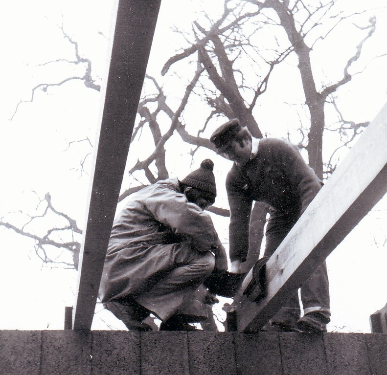 Egon hebt den Balken - Wolfgang schiebt die Pappe darunter