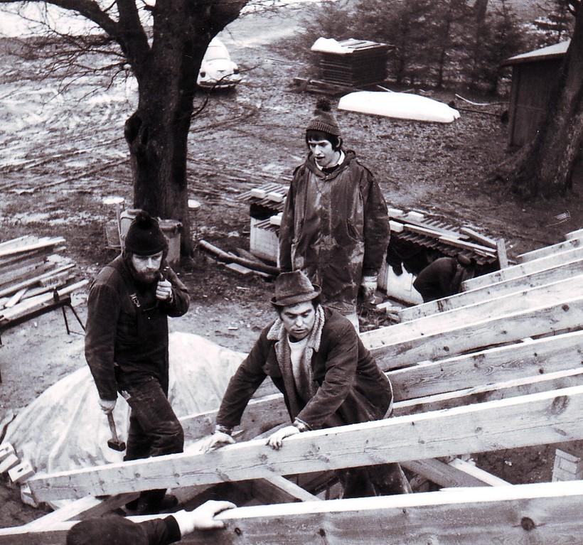 Eberhard hält die 210er Nägel in der linken Hand und wartet auf Willi's Kommando