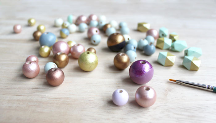 handbemalte Perlen aus Holz, Holzperlen bunt, hand painted wooden beads in different sizes