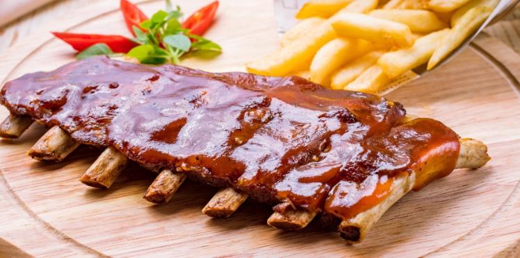 Travers de porc et chipolatas au barbecue