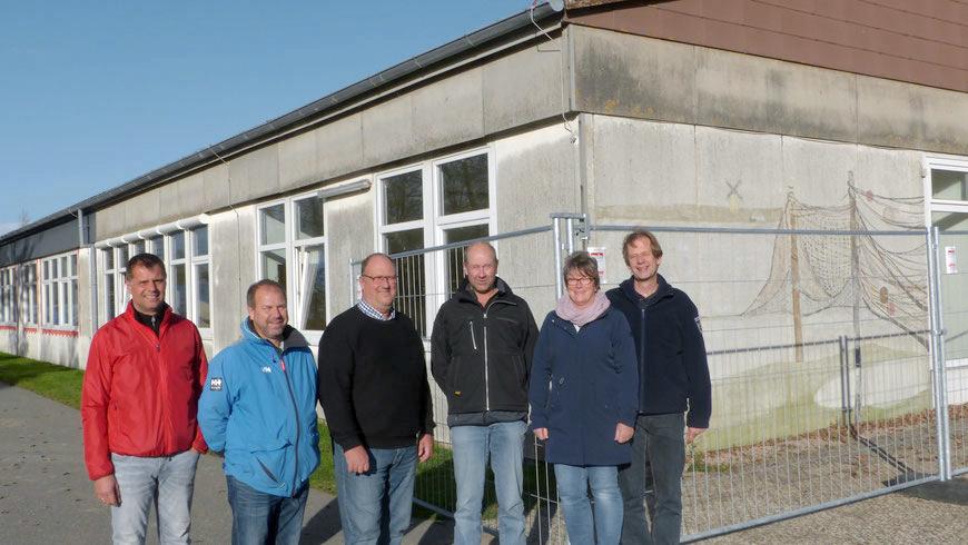 V.l.n.r.: Walter Herrig (Schulleiter), Mathias Schikotanz (Hochbauingenieur Gemeinde), Dr. Norbert Nieszery (Bürgermeister), Rolf Holsteiner (Vorsitzender Schulausschuss), Elvira Herrig (Leiterin der Kita) und Gerd Nommsen (Vorsitzender Sozialauschuss).