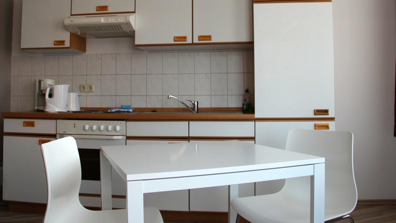 Komfort Apartment Küche und Esstisch - Beispiel