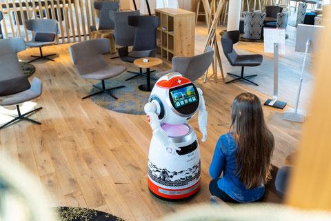 Cruzr interagiert mit Gast in dem Welcome Hotel Kloten