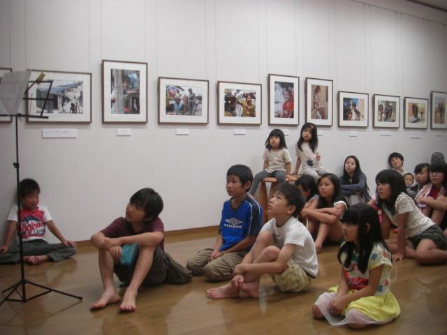夜は美術館内にて、ナイトミュージアムコンサート、みんなの見つめる先は