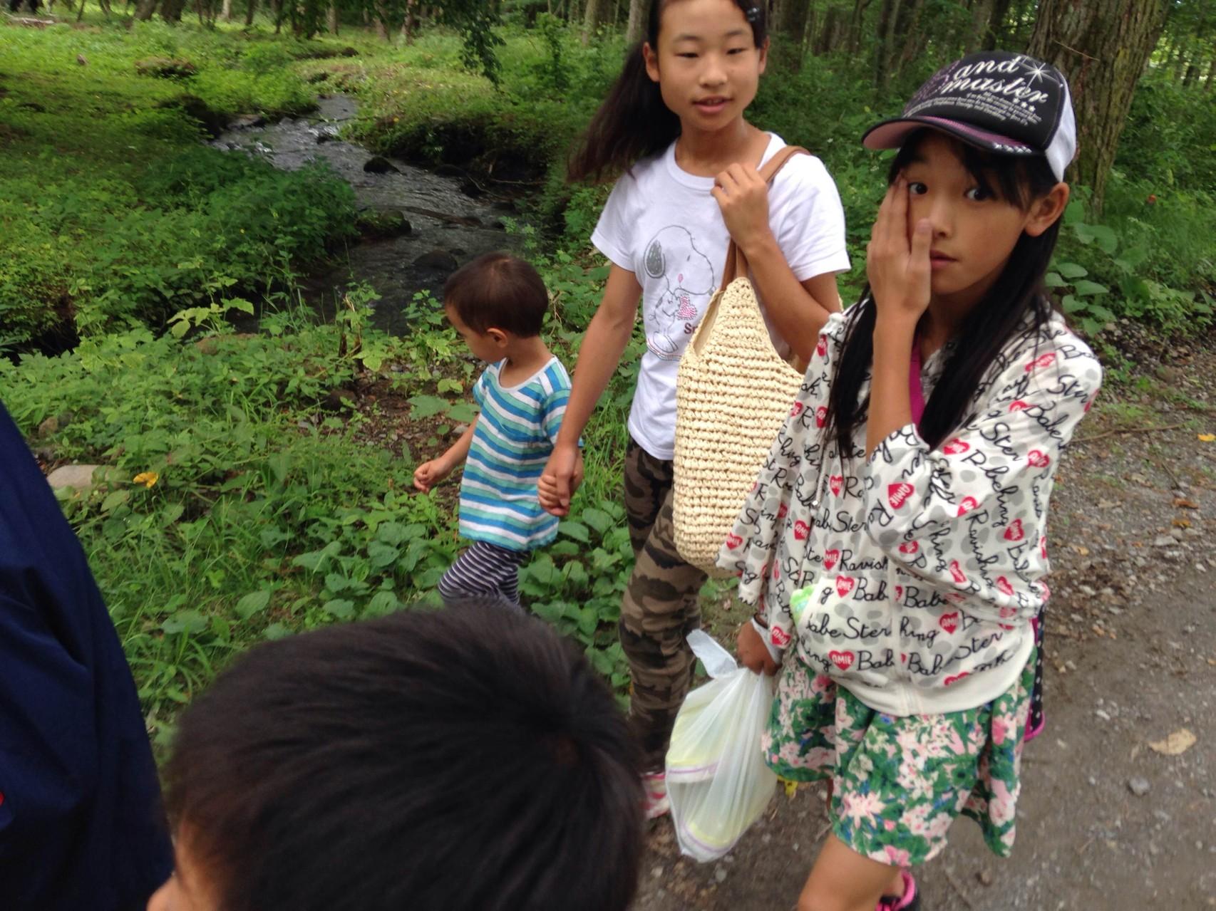 お姉さんが自然と小さい子と手を繋いて一緒に歩いてくれました
