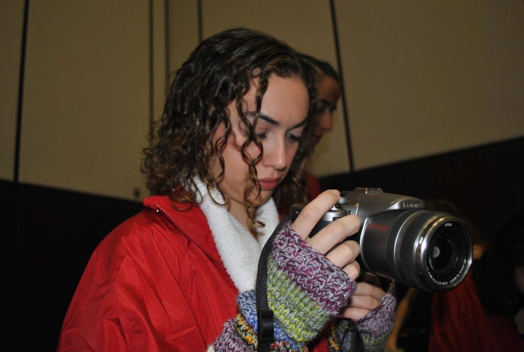Pacita ayudando a vanessa con la cámara