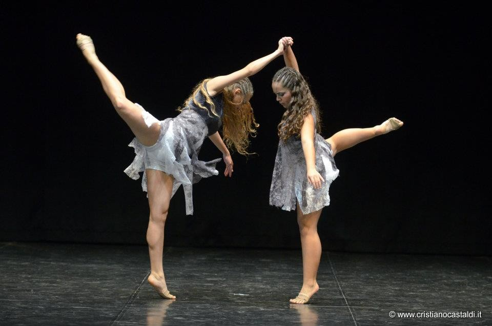 Obra Queltehues Italia 2012 Coreografía A.L.Baquedano Intérprete Laura Ahumada-Amanda Torres
