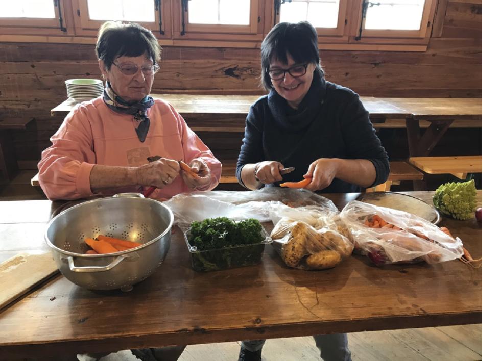 Les dames de l'intendance préparent la soupe aux légumes avec bonne humeur. Quelle merveille de la déguster après une demi-journée de travail. Merci mesdames !