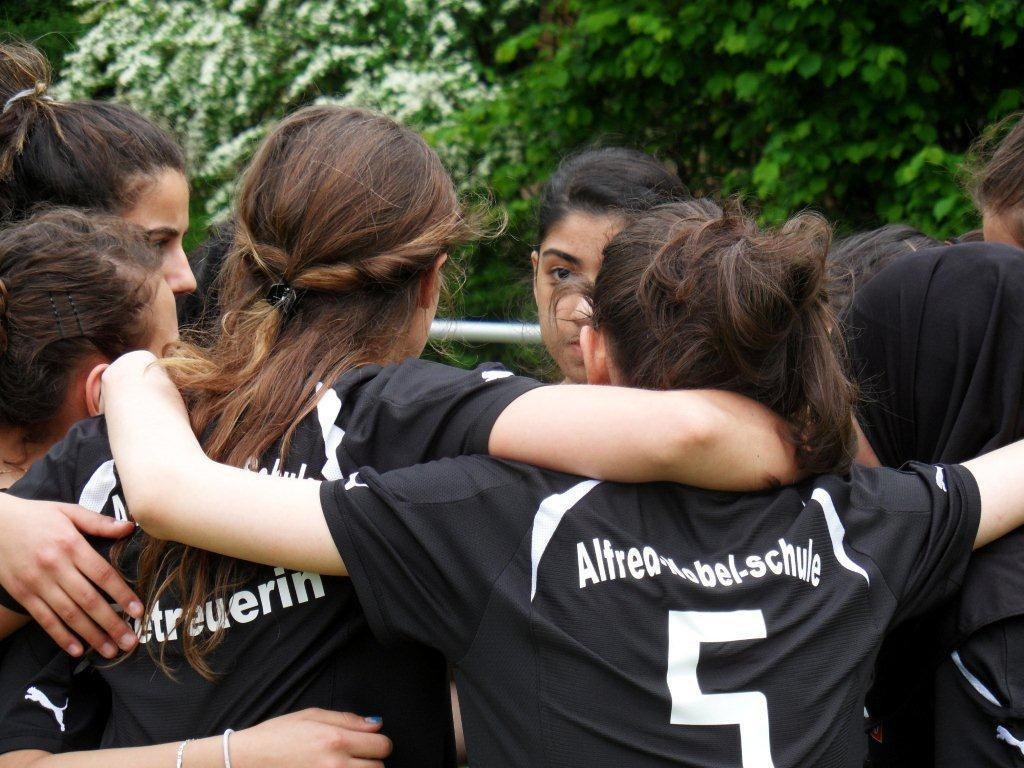 KiezeKicken! - Berliner Schülerinnen spielen Fußball und lernen dabei Toleranz