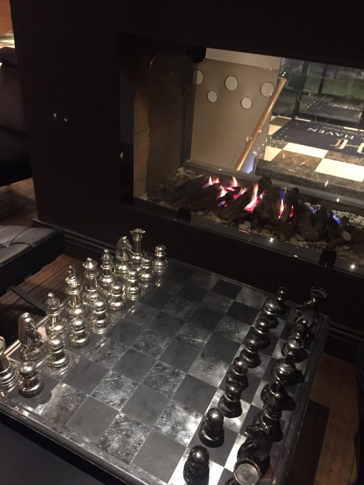 Schach in der Bar