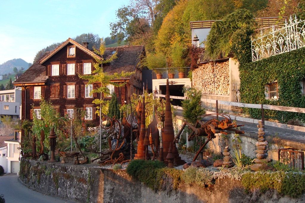 Objekte und Skulpturen von Jo Lindauer im Garten vom Wohnhaus