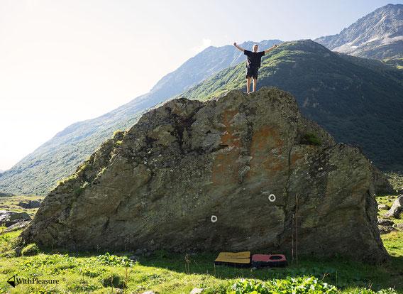 """Lukas steht auf dem berüchtigten """"Schattenspender- Block"""", auf der 1. Ebene auf der Alp Cavrein Sura."""