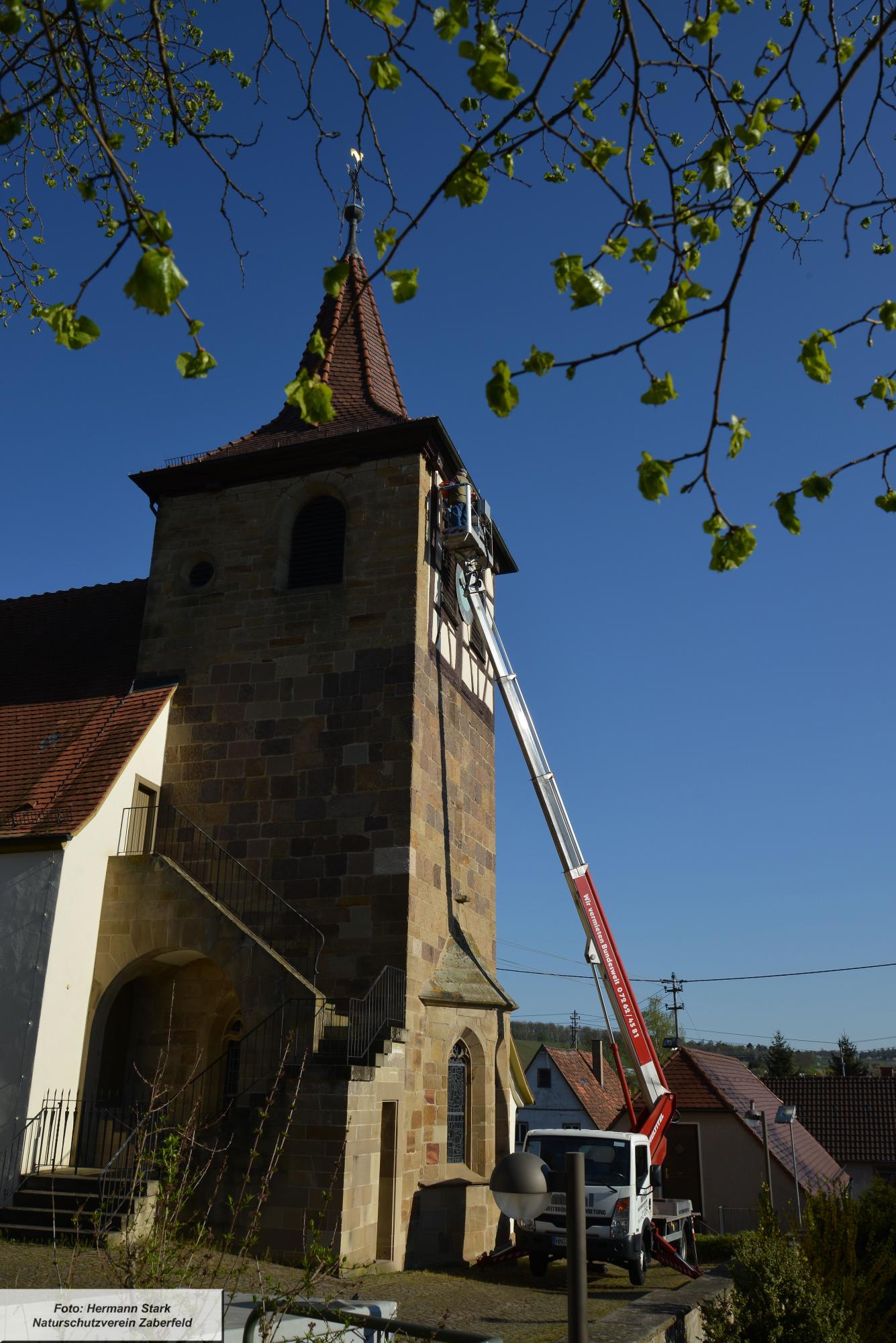 Hubsteiger an Kirche Zaberfeld