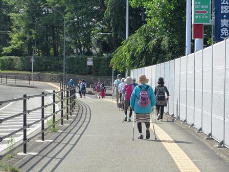 陽射しが強い仲の瀬橋を通り抜け 美術館アリスの庭へ向かいます