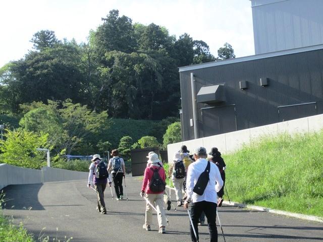ワンポイントレッスン:坂道での上り下り時 NWポールの突き方練習