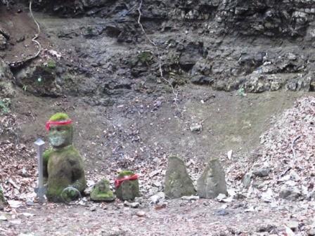 三居澤不動滝にある石像たち