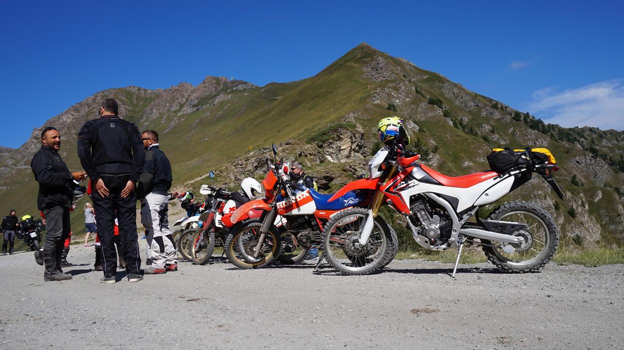 Italienische Motorradfahrer mit alten Hondas und Yamahas