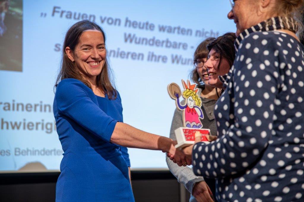 Filmemacherin Hella Wenders überreichte den Preis den angehenden WenDo-Trainerinnen und der Projekt-Assistentin.