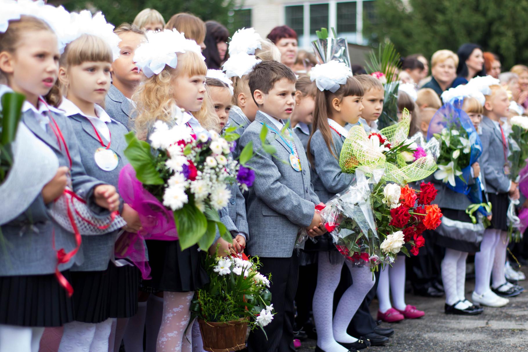 Прийшли до школи  ми такими малюками, букети квітів всі тримали у руках.
