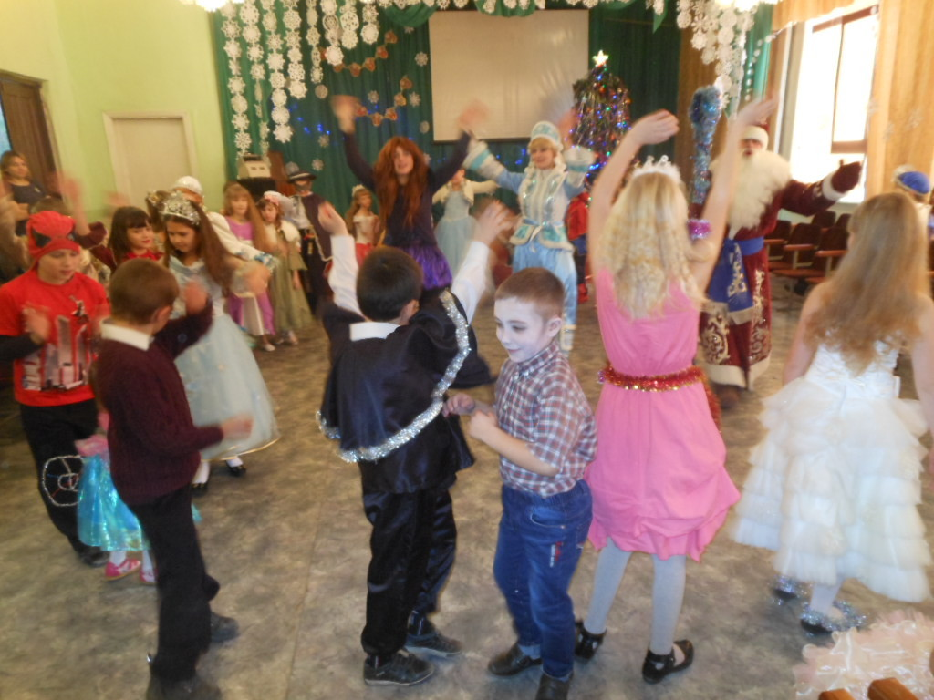 Свято Новорічної ялинки. Дуже весело на святі всім нам разом танцювати.