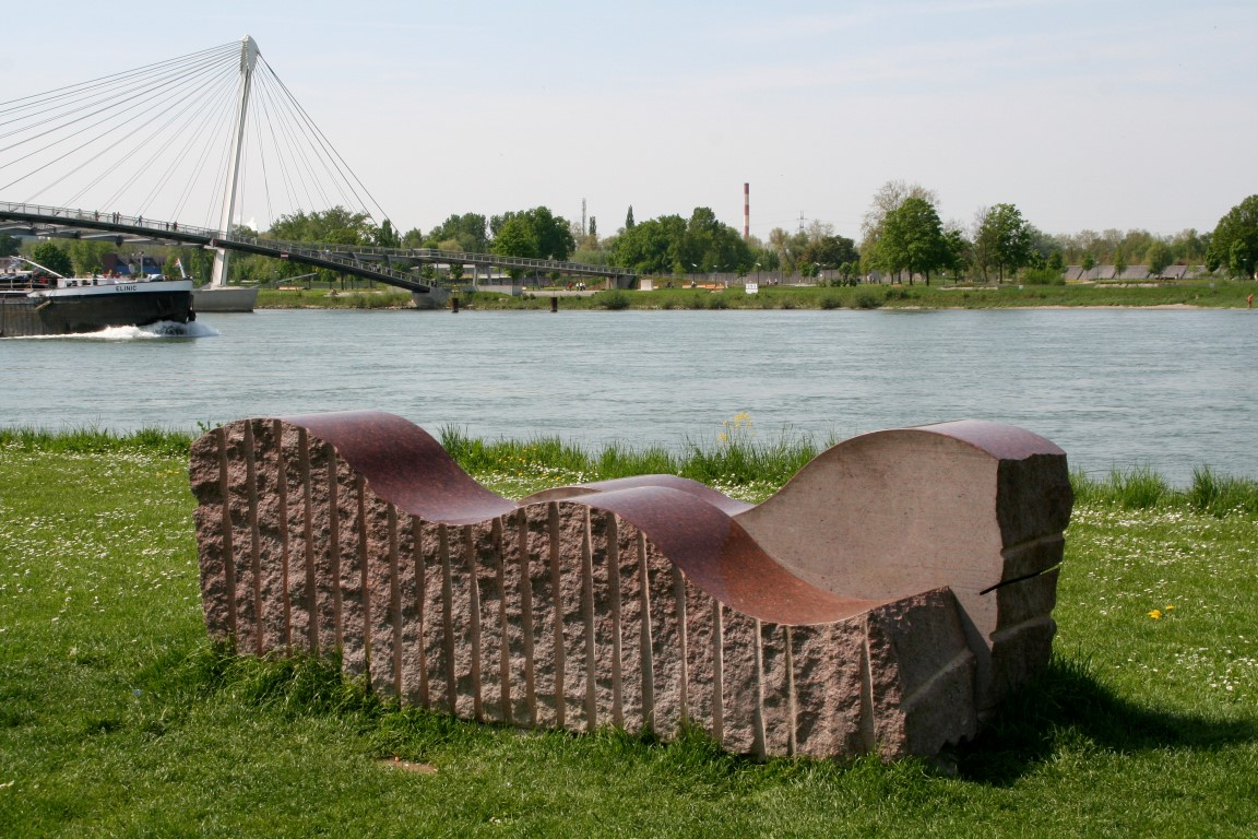 """""""Rheinwellen"""", schwedischer Granit, Wettbewerb zur LAGA Kehl-Strasbourg 2004, heute """"Garten der zwei Ufer"""""""
