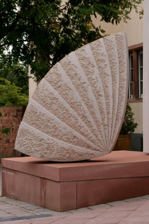"""""""Falter"""", Kalkstein aus Comblanchien/Burgund, Skulptur im Hof des Bürgerstifts/Winterschule, Ettenheim"""