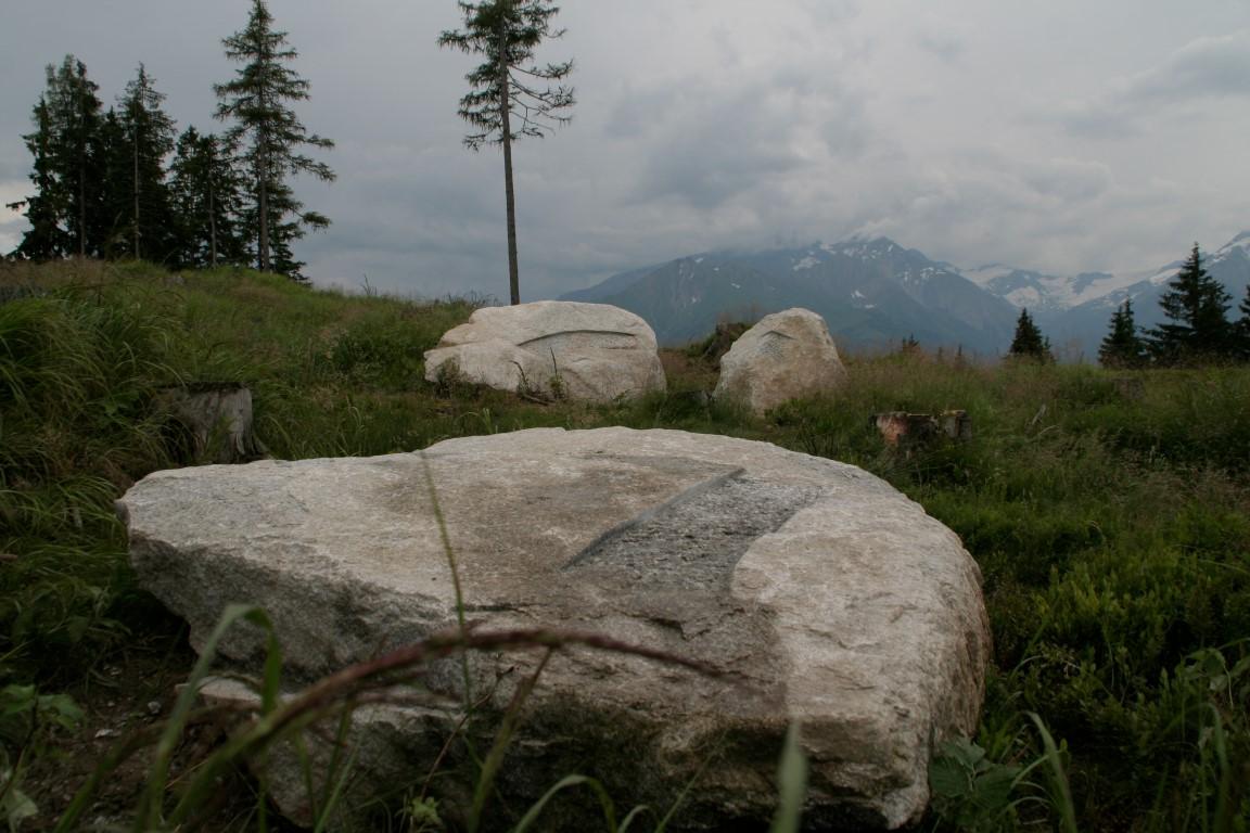 """""""Spuren - Traces"""", Granitfindlinge, internationales Bildhauersymposium """"Höhenluft"""" in Zell am See, 2012"""